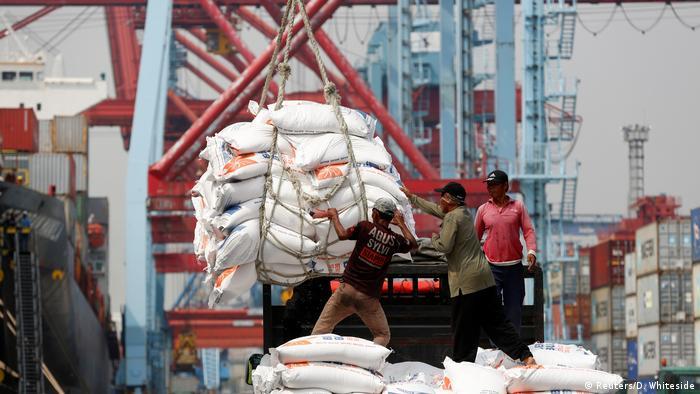 Indonesien Arbeiter im Tanjung Priok Hafen von Jakarta