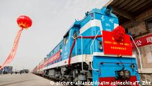 A freight train of China Railway Express running from Bayannur to Tehran is pictured before departing from the Linhe station in Bayannur city, north China's Inner Mongolia Autonomous Region, 10 May 2018. Freight train service from Bayannur city in north China's Inner Mongolia Autonomous Region to Tehran, Iran's capital, was launched Thursday (10 May 2018) morning. The train, carrying 1,150 tonnes of sunflower seeds, will travel 8,352 kilometers through Kazakhstan and Turkmenistan, arriving in Tehran in 15 days, said Chen Bo, deputy manager of the Hohhot office of China Railway. The new train route will shorten transportation time by at least 20 days compared with ocean shipping. Foto: Tang Zhe/Imaginechina/dpa |