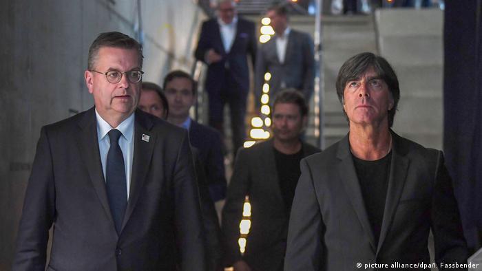 Глава Немецкого футбольного союза (DFB) Райнхард Гриндель и главный тренер сборной Германии Йоахим Лёв (май 2018 г.)
