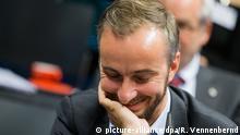 ZDF-Moderator und Satiriker Jan Böhmermann nimmt am 07.11.2016 an der Podiumsdiskussion «Mehr - Inhalt 2020» des Grimme-Forschungskollegs in Köln (Nordrhein-Westfalen) teil. Foto: Rolf Vennenbernd/dpa | Verwendung weltweit