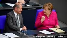Angela Merkel und Olaf Scholz in Germany's parliament, the Bundestag (Getty Images/AFP/T. Schwarz)