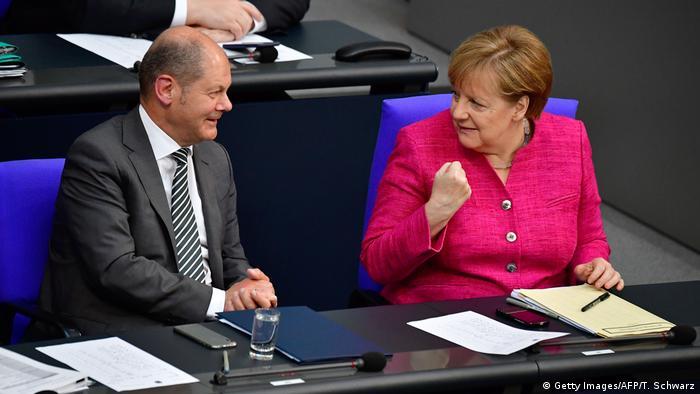 Angela Merkel und Olaf Scholz in Germany's parliament, the Bundestag