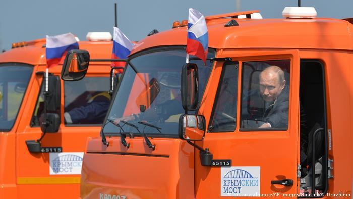 Відкриття мосту в звичному для Кремля пропагандистському стилі - Путін сів за кермо КамАЗа