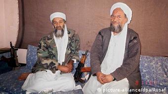 2001'de çekilen bu fotoğrafta Usame bin Ladin ve Eymen el Zevahiri birlikte görülüyor.
