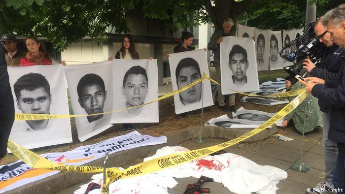 Victims of the Iguala massacre outside the courthouse in Stuttgart before the Heckler&Koch trial (DW/B. Knight)