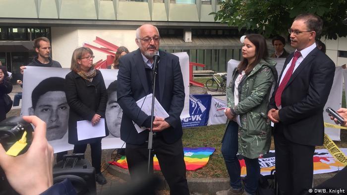 Stuttgart - Mahnwache für Opfer von Iguala vor Landgericht Stuttgart zum Heckler&Koch Prozess : Jürgen Grässlin, Carola Hausotter, Holger Rothbauer und Charlotte Kehne