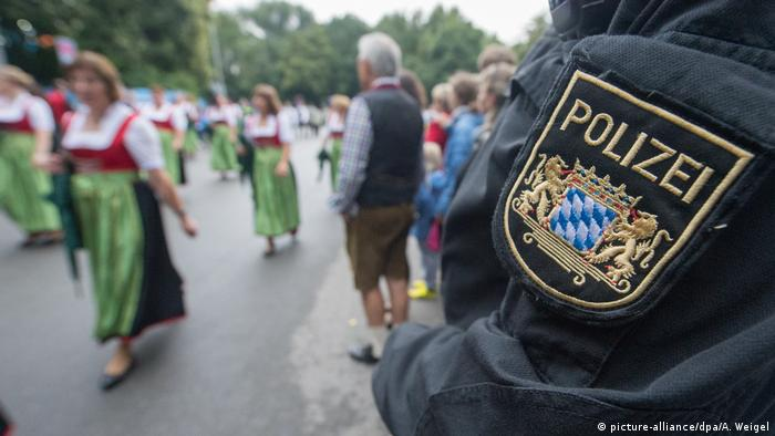 Bayern Polizist Uniform Wappen (picture-alliance/dpa/A. Weigel)