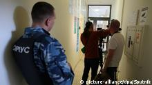 15.05.2018 A Sirius guardian and journalists at RIA Novosti Ukraine office in Kiev where the Ukrainian Security Service conducts searches. Stringer / Sputnik Foto: Stringer/Sputnik/dpa |