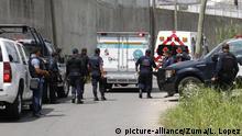 May 15, 2018 - EUM20180515NAC04.JPG.VILLAHERMOSA, Tab., Journalist/Periodista-Asesinato.- Peritos y elementos de la Policía Estatal de Tabasco arriban al fraccionamiento Flor del Trópico, lugar donde este martes, 15 de mayo de 2018, fue asesinado el periodista Juan Carlos Huerta al interior de su automóvil. Foto: Agencia EL UNIVERSAL/EVZ |