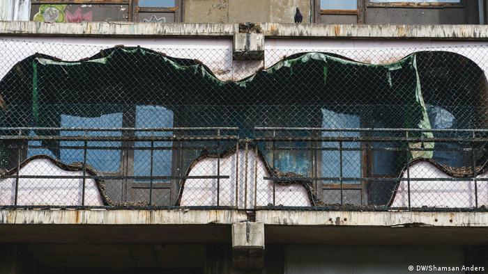 In Halle ist der Leerstand im Stadtteil Halle-Neustadt nicht zu übersehen. Halle war zu DDR Zeiten sehr attraktiv. Mittlerweile beherrschen zerfallene Plattenbauten und leer stehenden Wohnungen das Stadtbild. Die Zahl der Arbeitslosen ist hoch und die Aussichten schlecht.