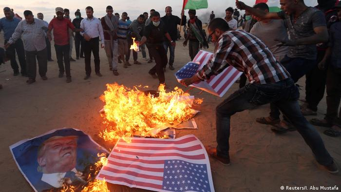 Protrests in Gaza with the burning of the US flaf