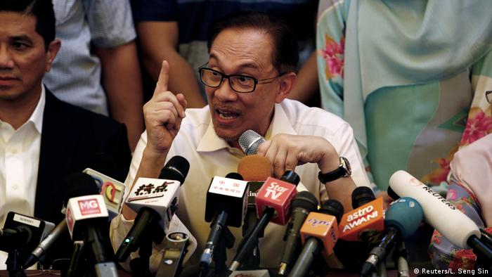 Anwar Ibrahim press conference (Reuters/L. Seng Sin)