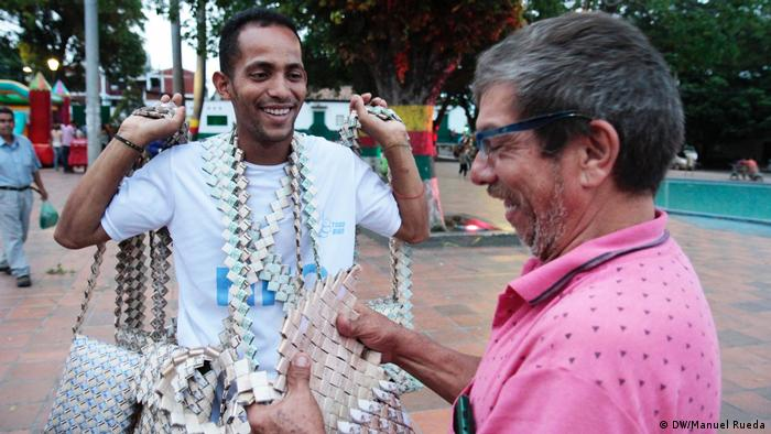 Venezolanos fabrican bolsas con billetes de bolívares en Cúcuta, Colombia