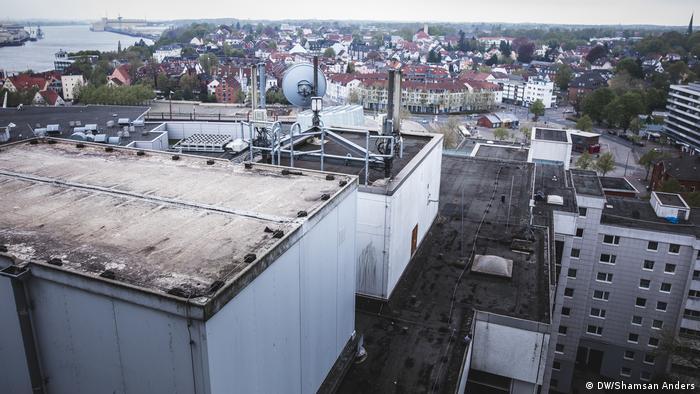 Blick von der Grohner Düne: Die Hochhaussiedlung gilt als eines der sozial schwachen Viertel in Bremen. Der Stadtstaat hat statistisch gesehen das höchste Armutsrisiko in Deutschland. Mehr als jeder Fünfte hier ist von Armut bedroht. Als arm gilt in Deutschland, wer weniger als 60 Prozent des mittleren Einkommens zur Verfügung hat.