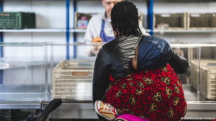 多元化的貧窮 來「餐桌」的有個人,也有家庭;有德國退休人員,也有移民、難民。其中一個救濟餐桌的負責人表示,不來梅是一個多元的城市,「沒有緊張氣氛,餐桌的氣氛充滿寬容和感激」。