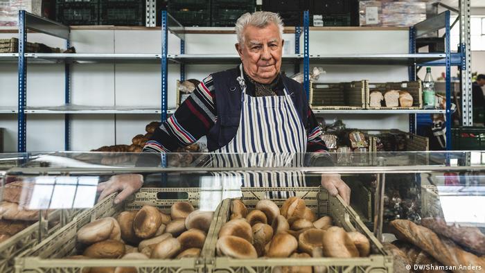 Viele ehrenamtliche Helfer wie der 80-jährige Rentner Werner Dose engagieren sich bei der Bremer Tafel. Daneben helfen auch 1-Euro-Jobber und Praktikanten bei der Essensausgabe.