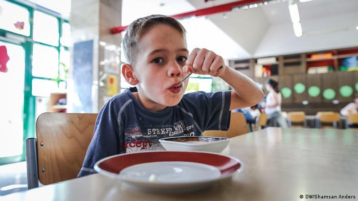 「不讓孩子餓肚子」 「Schnitte Ost」這個援助機構向大約50個孩子提供幫助。孩子的年齡在6至15歲之間。負責人說,「我們的座右銘是:不讓孩子餓著肚子回家」。