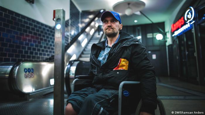 他的夢想 Jörg是一名建築機械師,38歲的他已經在街頭生活6年了。他曾受過正規職業培訓,然而在一次事故中失去了一條腿。他抱怨,柏林的流浪漢越來越多,互相之間的競爭更強了。他說,自己最大的夢想是有一天可以重新玩打擊樂,「那真的讓我很開心」。