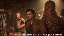 Alden Ehrenreich is Han Solo and Joonas Suotamo is Chewbacca in SOLO: A STAR WARS STORY. Bild Nr: HS-090443_Rsm.jpg Titel: Alden Ehrenreich und Joonas Suotamo in einer Filmszene aus Solo - A Star Wars Stroy Beschreibung: Alden Ehrenreich is Han Solo and Joonas Suotamo is Chewbacca in SOLO: A STAR WARS STORY. Foto: Jonathan Olley Copyright: 2017 Lucasfilm Ltd. & ™, All Rights Reserved.