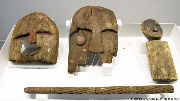 Hölzerne Objekte, die Grabbeigaben aus Alaska waren (picture-alliance/dpa/R. Hirschberger)