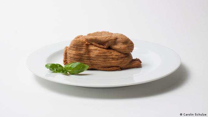 Mehlwurmpaste in Form eines Hasen auf einem Teller. Von Carolin Schulze (Carolin Schulze)