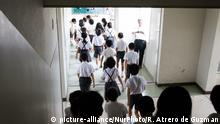 Elementary students run to the school gym after a loud siren warning during an evacuation drill in preparation for a North Korea'n ballistic missile attack that might happen anytime in Wajima, Ishikawa Prefecture, Japan on Aug. 30, 2017. North Korea launched a ballistic missile the previous day morning that flew over the sea of Japan. (Photo by Richard Atrero de Guzman/NurPhoto) | Keine Weitergabe an Wiederverkäufer.