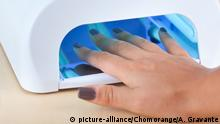 Uv lamp for nails on wood shelf | Verwendung weltweit