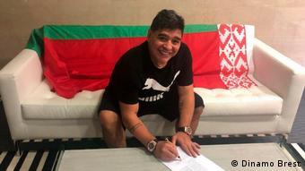 Диего Марадона подписывает договор с белорусским футбольным клубом Динамо-Брест, май 2018 г.