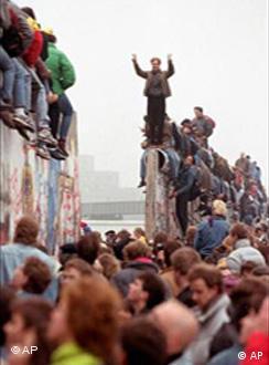 Berlinenses celebram a abertura do muro em 1989