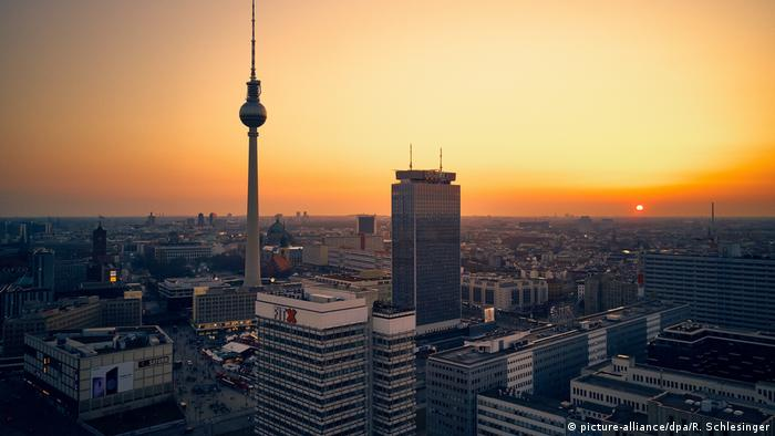 Berlin TV Tower Berlin and the Alexanderplatz, Germany (picture-alliance/dpa/R. Schlesinger)