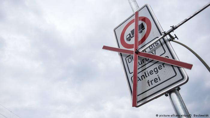 Sign of a truck with an X over it (picture-alliance/dpa/D. Bockwoldt)