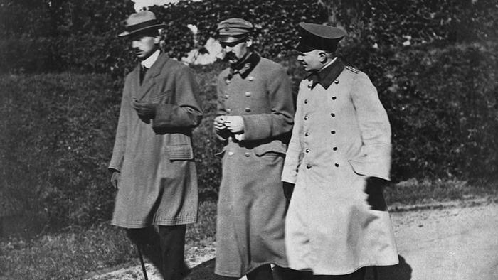 Józef Piłsudski z szefem sztabu płk. Kazimierzem Sosnkowskim (w cywilu) na spacerze w okresie internowania w twierdzy magdeburskiej. Niemcy aresztowali Piłsudskiego i Sosnkowskiego pod koniec lipca 1917 r. w Warszawie. Stamtąd przewieziono ich okrężną drogą przez Poznań do więzienia w Gdańsku, a potem do więzienia w Spandau - dzisiejszej dzielnicy Berlina.