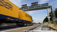 LKW durchfährt Mautbrücke von Toll Collect.