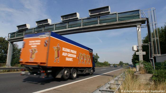 LKW durchfährt Mautbrücke von Toll Collect