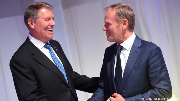 Preşedintele României, Klaus Iohannis, în stânga, precum şi preşedintele Consiliului European, Donald Tusk, la dreapta