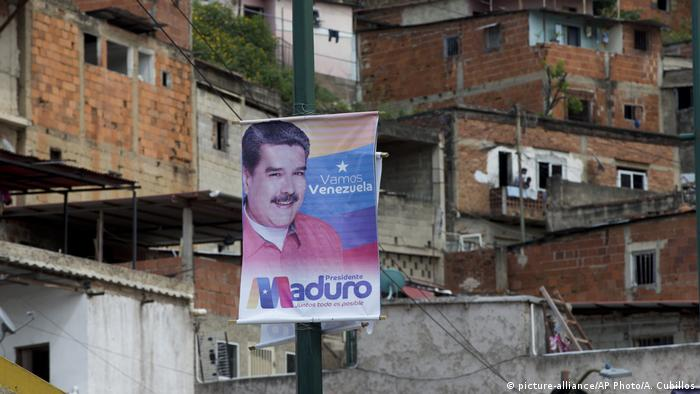 A campaign poster of Nicolas Maduro hangs in a poor neighborhood of Caracas (picture-alliance/AP Photo/A. Cubillos)