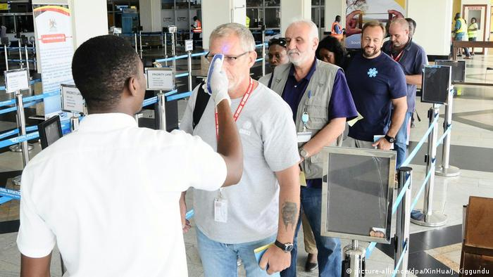Officials in Uganda checking passengers for possible Ebola infection (picture-alliance/dpa/XinHua/J. Kiggundu)