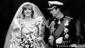 Hochzeit von Prinz Charles und Diana Spencer: er in Paradeuniform, sie im Brautkleid und mit Blumenstrauß, beide lächeln