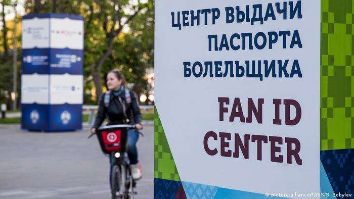 A sign directing people to a Fan ID Center (picture-alliance/TASS/S. Bobylev)