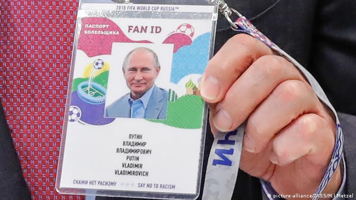 A Fan ID with a picture of Russian President Vladimir Putin on it (picture-alliance/TASS/M.l Metzel)