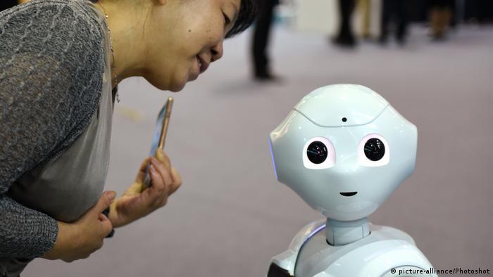 China Peking Messebesucher mit Roboter
