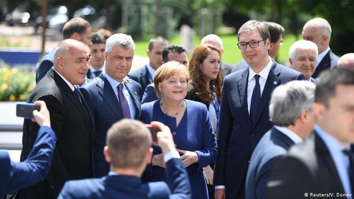 Germany's Merkel flanked by Kosovo's Thaci (l) and Serbia's Vucic (r) (Reuters/V. Donev)