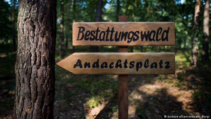 Signs that read Burial Forest and Place of Prayer (picture-alliance/dpa/A. Burgi)
