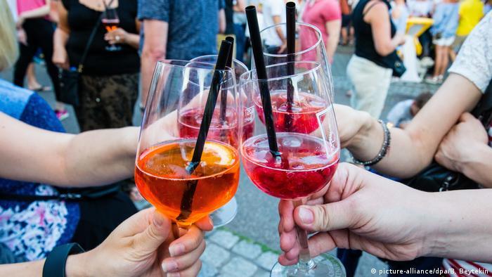 Menschen stoßen mit Cocktailgläsern an (picture-alliance/dpa/B. Beytekin)