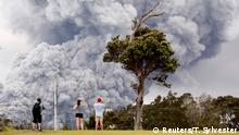 15.05.2018 *** People watch as ash erupts from the Halemaumau crater near the community of Volcano during ongoing eruptions of the Kilauea Volcano in Hawaii, U.S., May 15, 2018. REUTERS/Terray Sylvester TPX IMAGES OF THE DAY