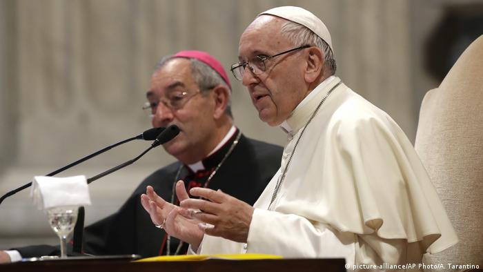 Vatikan Papst Franziskus & Bischöfe aus Chile (picture-alliance/AP Photo/A. Tarantino)