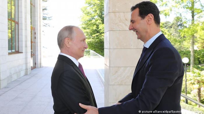 Russland Wladimir Putin embrace during a meeting Baschar al-Assad in Sotschi
