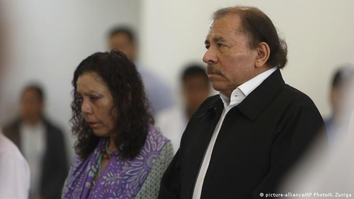 Nicaragua's President Daniel Ortega, right, and Vice President and first lady Rosario Murillo attend the opening of a national dialogue, in Managua, Nicaragua (picture-alliance/AP Photo/A. Zuniga)
