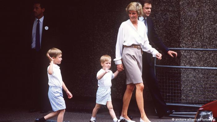 Prinzessin Diana beim Spaziergang mit ihren Söhnen