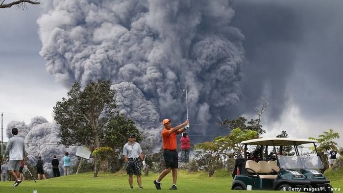 Durante 35 años, el Kilauea en Hawai, ha arrojado lava y ceniza. Solo en diciembre, los geólogos estadounidenses declararon oficialmente que la erupción había comenzado realmente en 1983. El volcán entró en erupción nuevamente el verano pasado con una fuerte explosión. Luego se calmó. La relativa previsibilidad del volcán hace que sea fácil vivir y jugar golfo en sus cercanías.